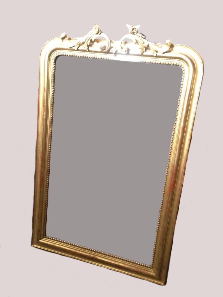Lot 414 miroir dans un encadrement en bois et stuc dor for Encadrement de miroir en bois